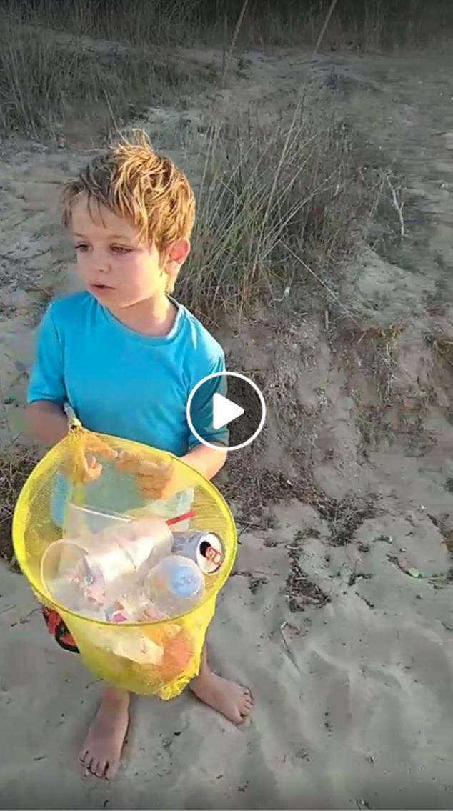 Давид почиства морето след себе си